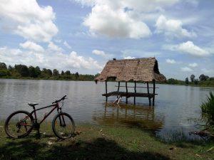 LOLEI TRAVEL - Fahrrad am Teich